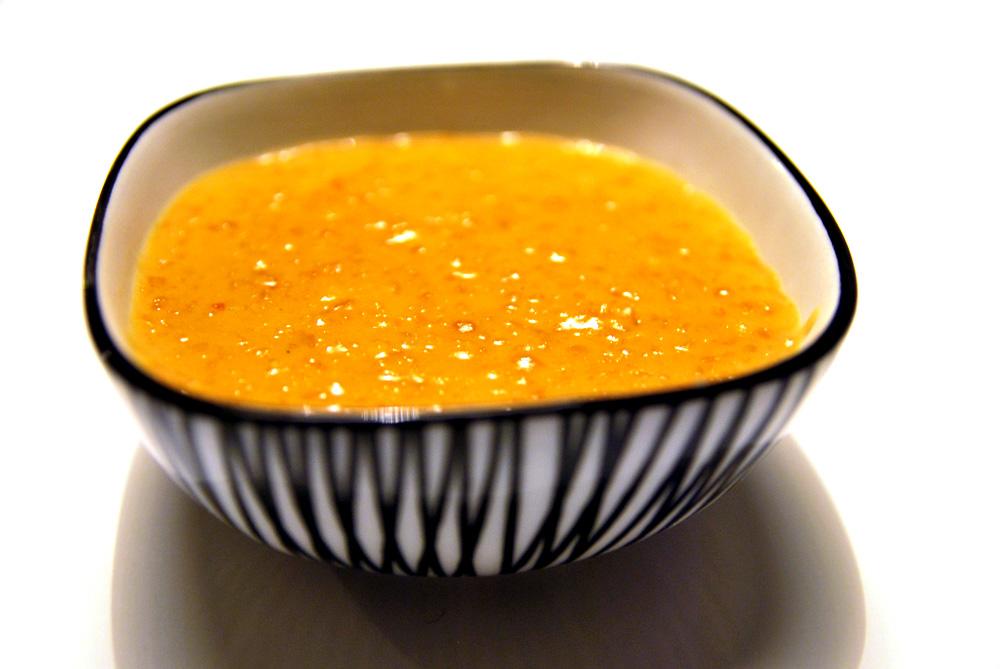 Sataysås i en skål