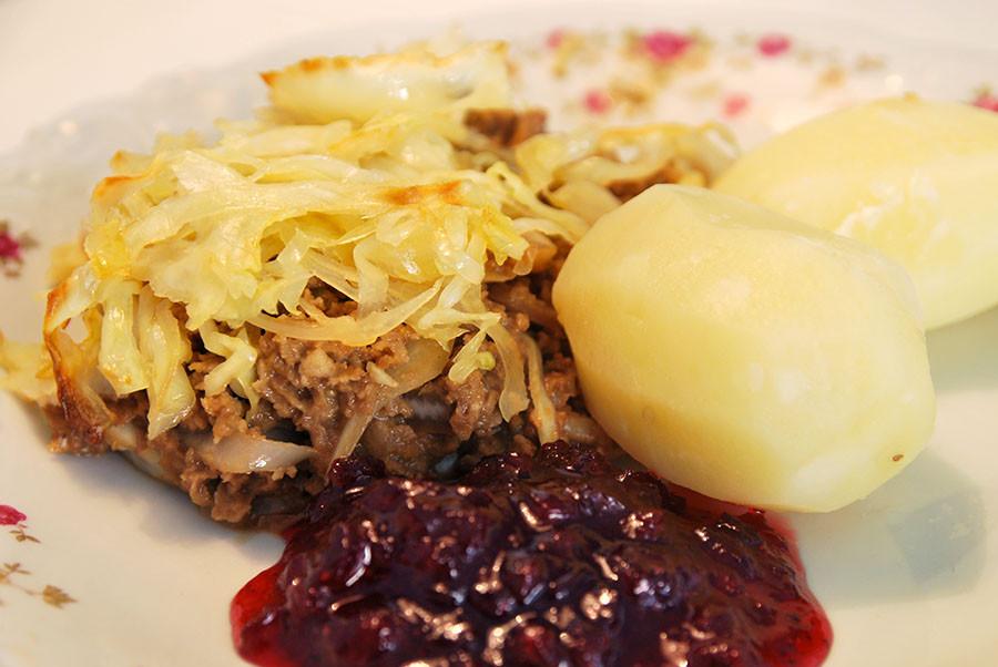 Kålpudding med potatis och lingonsylt
