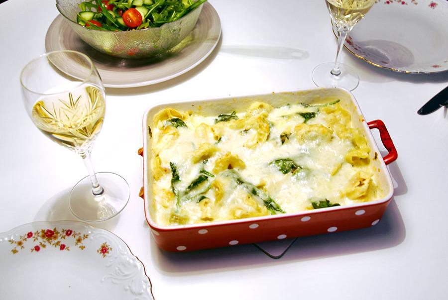 Pastagratäng med tortellini, spenat och ostsås.