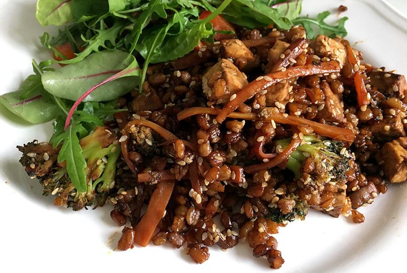 En tallrik med matvete i sesammarinad med grönsaker.
