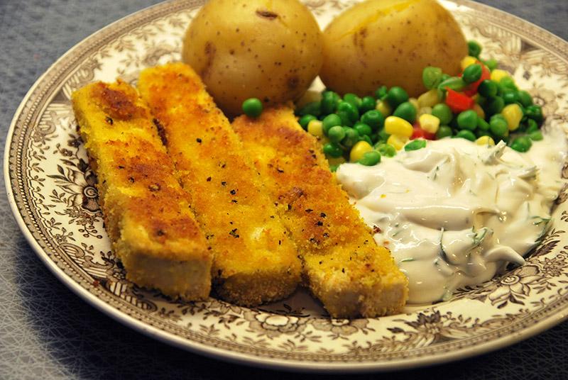 Fuskpinnar med potatis och dillsås.
